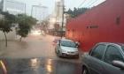 VÍDEOS: Temporal repentino alaga ruas, arrasta carros (e até ônibus) e tumultua o trânsito em Belo Horizonte/MG