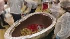 Ovo de Páscoa de 750 quilos é leiloado por fabricante de chocolate