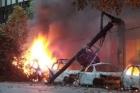 VÍDEO mostra momento em que árvore cai, arrasta transformador EXPLODE sobre carros. Filme de terror em BH/MG