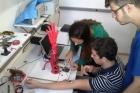 Alunos da UFF desenvolvem próteses robóticas de baixo custo. Brasil tem 40 mil amputados por acidente ou doença. Conheça o Projeto Reach