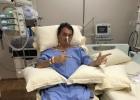 Bolsonaro faz caminhada pelo quarto com ajuda de fisioterapeuta