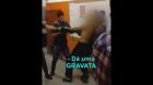 POLICIAIS trocam SOCOS com alunos dentro da Escola Imperatriz Leopoldina